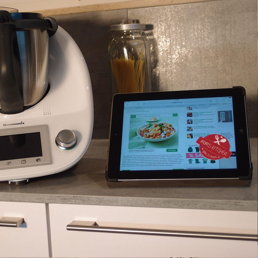 "Deko-Sticker ""Mom's Kitchen"" auf Tablet"